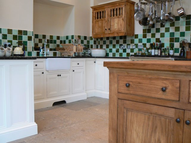 oak and painted kitchen giving a country farmhouse look